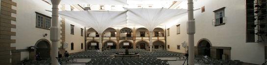 überdachter Schlosshof